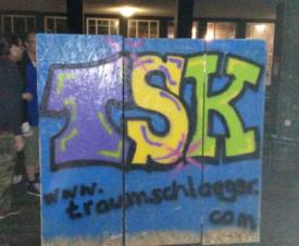 Kunsthaltestelle von hinten, mit TSK-Graffiti