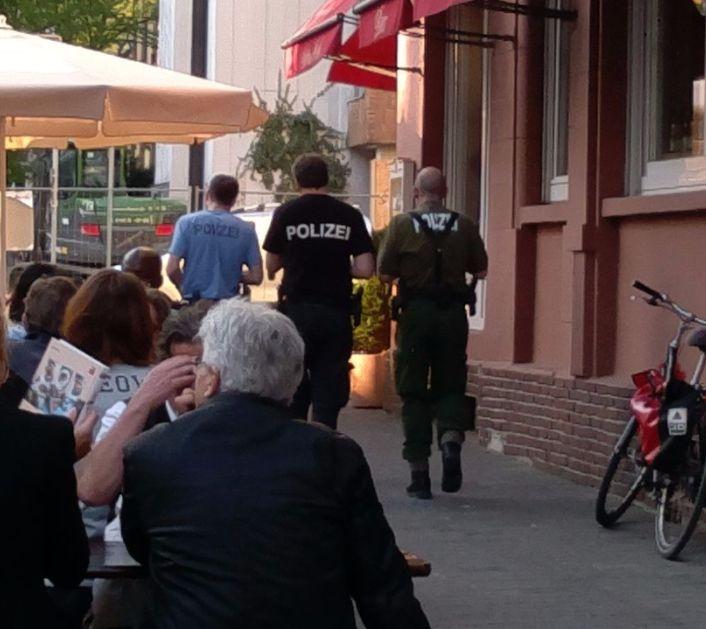 Drei Polizisten in drei verschiednen Uniformen - blau, grün, schwarz