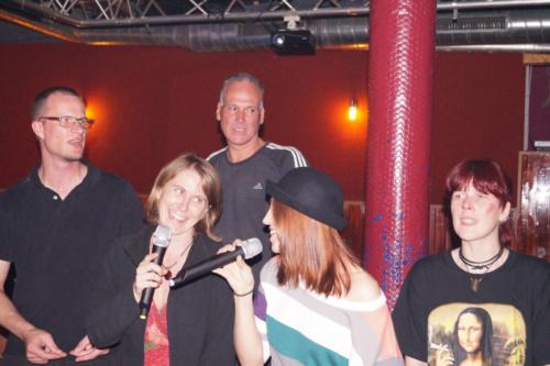 Zwei Gäste, Frau Fenster und Schall und Rauch beim Karaoke