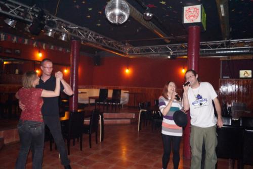 Speerträger tanzt, Frau Fenster und Kalahari singen