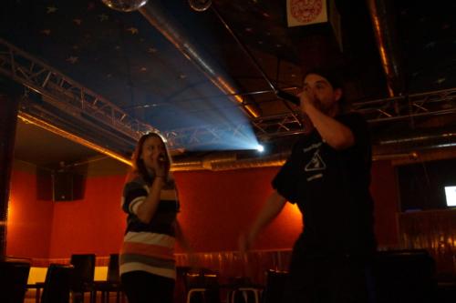 Frau Fenster und Rocye singen