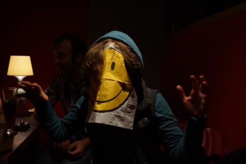 Gast inkognito mit Serviette vorm Gesicht