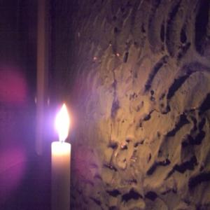 Kerze vor einer rauhen Wand