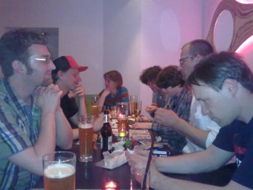 viele Gäste am Tisch