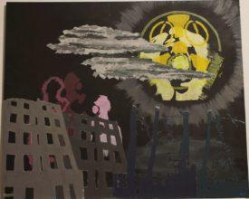 """Apokalyptisches Motiv mit Atom-Anspielungen: Schwarzer Hintergrund. Im oberen rechten Viertel eine Art Mond, eine Überlagerung einer stilisierten Gasmaske mit Anspielung auf das Atom-Warnzeichen, darüber ein stark vereinfachtes Gesicht einer schreienden Frau. Als """"Mond"""" ist dieser Teil halb von grau-grünen Wolken verdeckt. darunter aufgeklebte Papiere in Form von laublosen Bäumen und Häusershiloutten in dunklen Grau- und Graublautönen. Hinter den wie fensterlos und ausgebrannt erscheinenden Häusern schemenhaft drei überlebensgroße Figuren, entfernt als weibliche Shiloutten erkennbar, die wiederum Gasmasken tragen."""