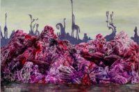 Fantasy-Gemälde. Im Vordergrund ein dunkler Boden, eigenwillig spiegelnd, vllt. ist es Wasser. Dahinter türmt sich auf eine Landschaft, oder ein Gebirge, oder vllt. eine Deponie? in den verschiedensten Tönen von pink. Ineinander verschnörkelt und verschlungen filigrane und rätselhafte Strukturen. Im Original des Bilds noch beeindruckender, da in jeder Entfernung zum Gemalten unterschiediche Details erkennbar werden. Im Hintergrund vor einem blassgelben Himmel eine dunkelgraue Silhoutte von rätselhaften Figuren, bei denen nicht klar ist, um was es sich handelt - um Bäume, Lebewesen, Tiere, Gesteinsformationen...