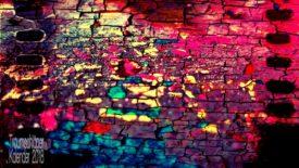 Bearbeitetes Bild. Als Basis des Fotos lässt sich evtl. Kopfsteinpflaster erahnen, vllt waren es auch über den Himmel jagene Wolkenfetzen. Im fertigen, bearbeiteten Bild sind diverse Filter übereinander angewendet. Am Rand ein Effekt wie ein Filmstreifen mit den typischen Löchern zum Weitertransport. In der Bildmitte fast mosaikartige Fragmentierung. Farblich überwiegen dunkles Pink und hellles Gelb, auch lila, türkis und mittelblau kommen vor. Der fragmentierende Effekt und die Farben wecken Assoziationen von Licht, das aus beleuchteten Fenstern auf Straßenpflaster führt.