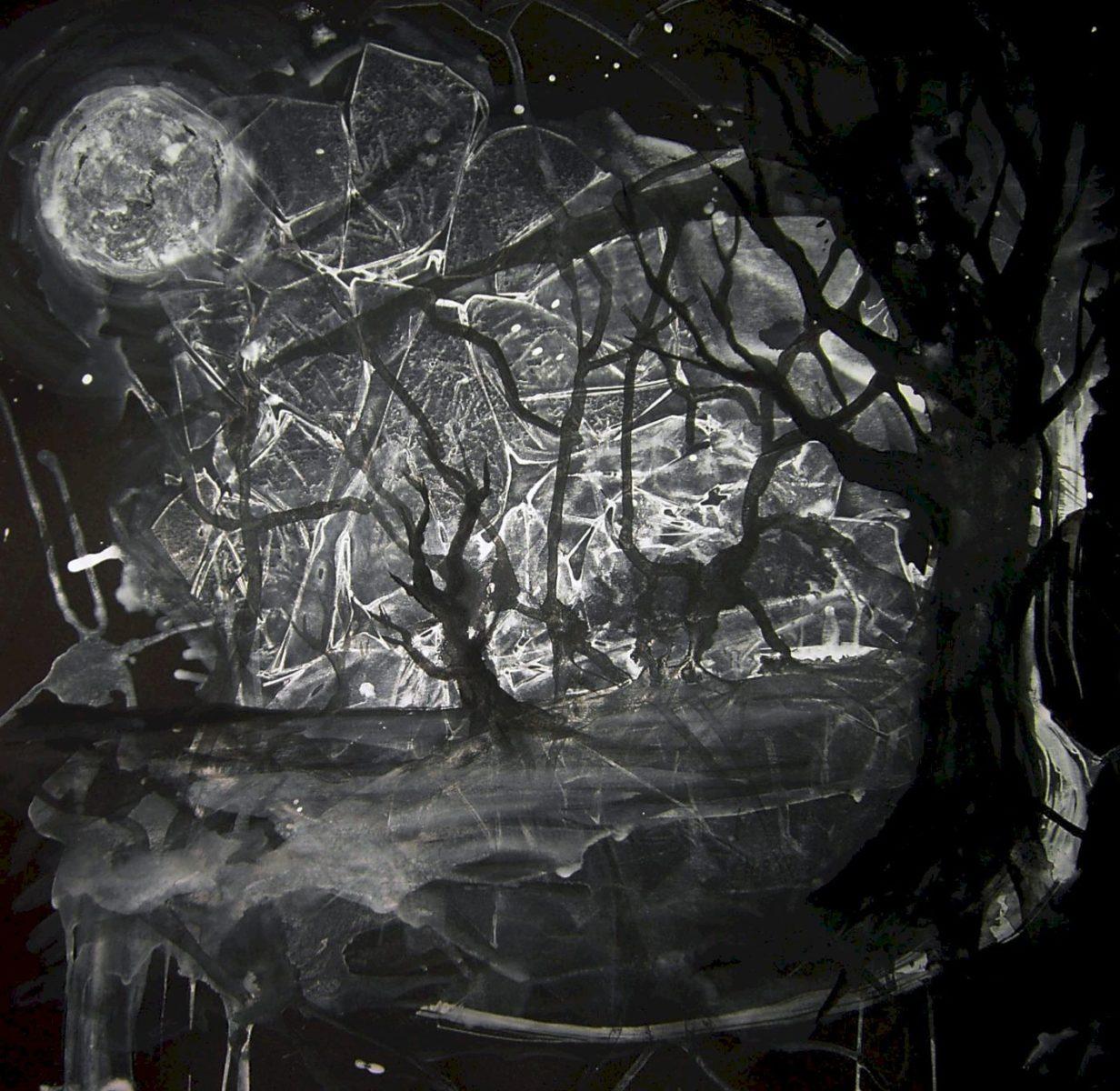 Schwarz-Weiß gehaltenes Bild, Wald und Vollmond, düster