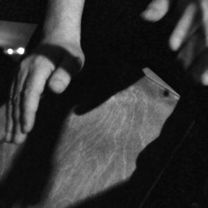 Detailstudie: FrustraDeads Hände beim Spielen der Cajón
