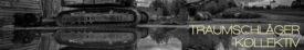 Schwarzweiß-Bild. Ein Bagger mit eingeklapptem Schaufelarm auf Lehmboden vor einem Holzzaun. Er spiegelt sich in einer großen Pfütze. Der Himmel ist von wilden Wolkenfetzen bedeckt.