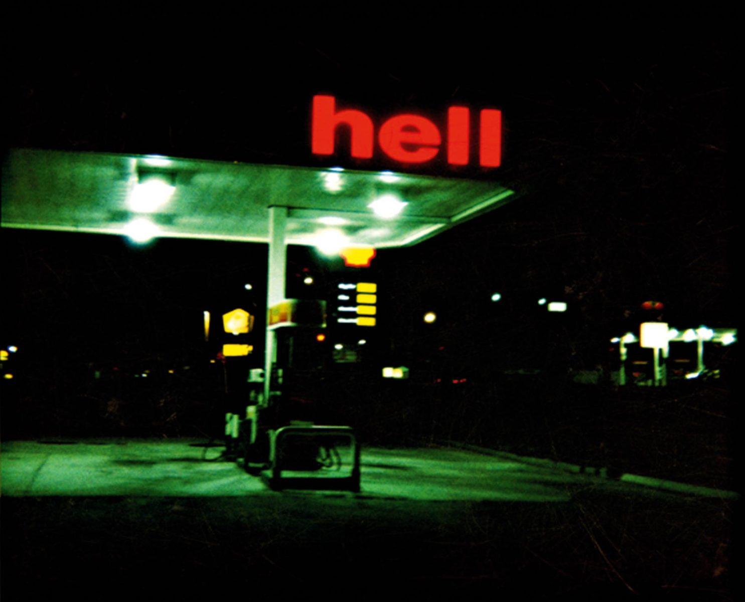 """Nachtaufnahme einer Tankstelle einer bekannten Kette. Die Leuchtreklame ist aber defekt und da steht nur """"hell"""""""
