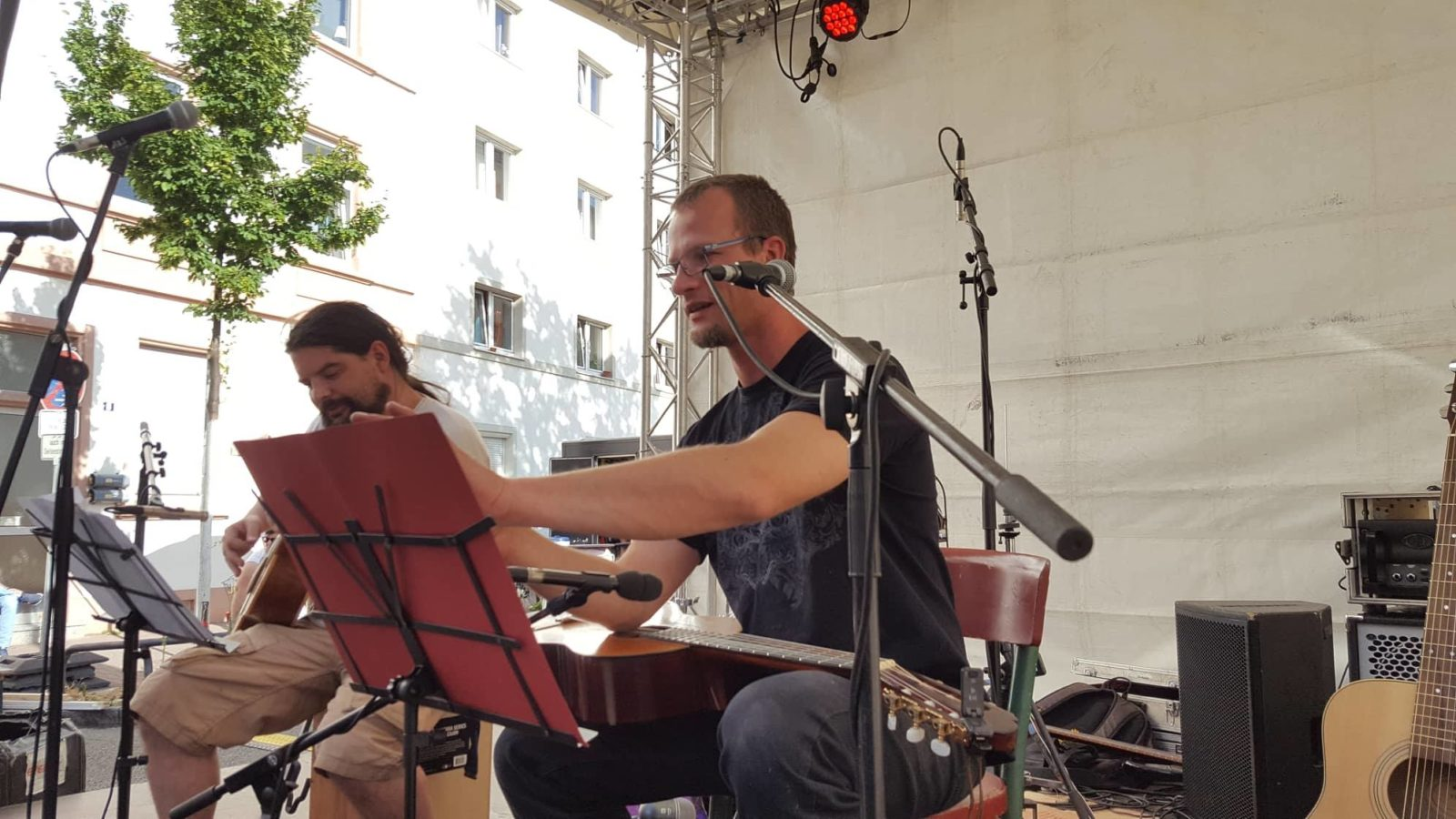 Speerträge und Royce auf der Bühne, von schräg seitwärts fotografiert, Speerträger sortiert seine Texte