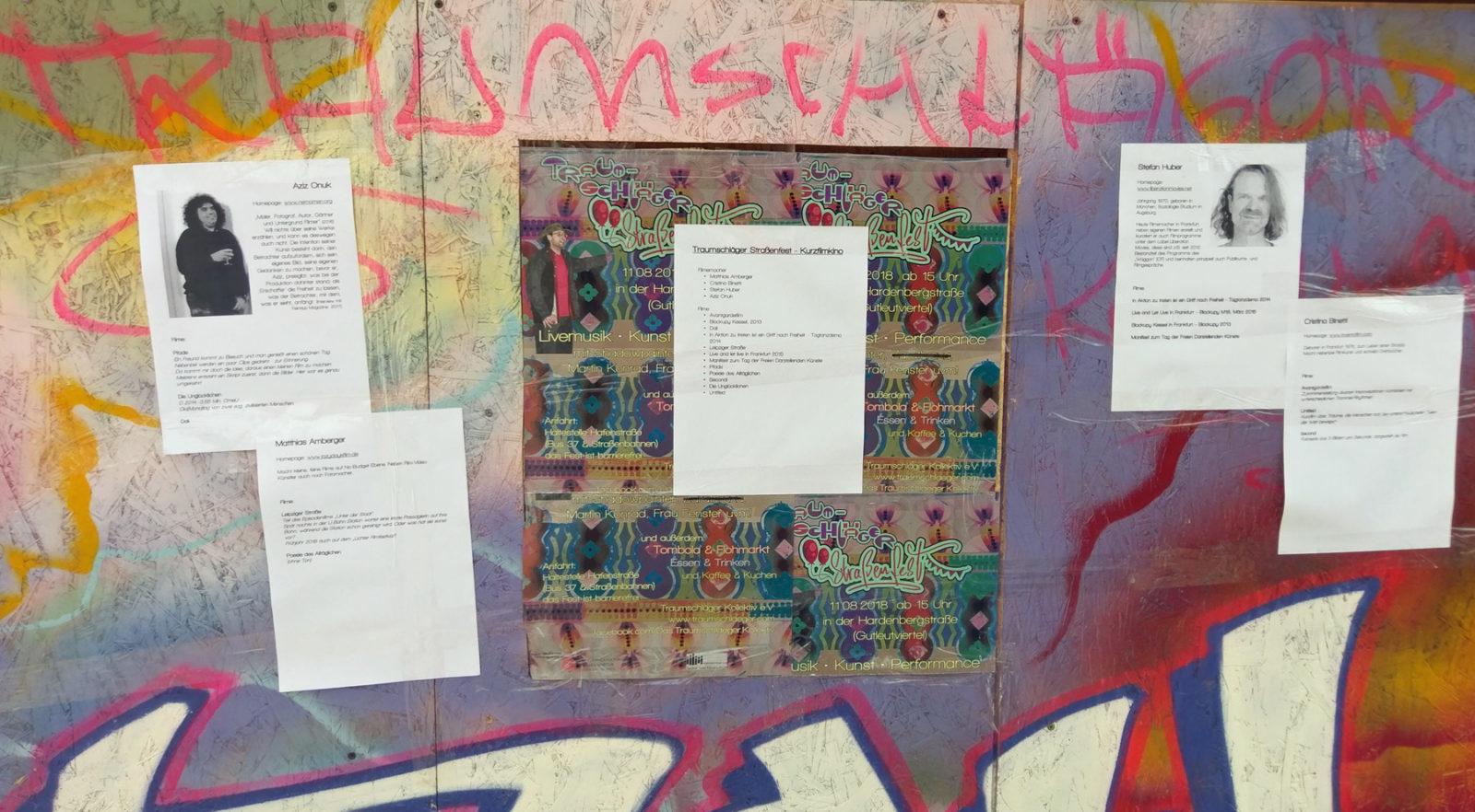 Seitenwand der Kunsthaltestelle/Miniaturkino, dekoriert mit Graffiti und Straßenfest-Plakaten, darauf verteilt Info-Blätter zum Kinoprogramm über alle Filme und die Filmemacher