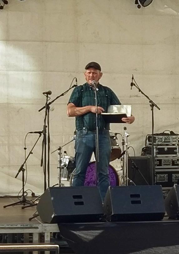 Martin Konrad (Künstlername) auf der Bühne bei seinem Vortrag