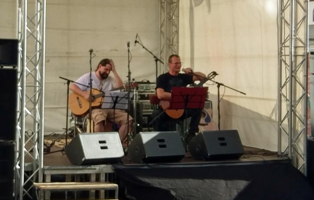 Speerträger und Royce auf der Bühne kurz vor ihrem Konzert, gut gelaunt und scherzend