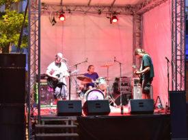 Shadowpainter auf der Bühne bei ihrem Auftritt. Gitarrist, Schlagzeuger und Bassist