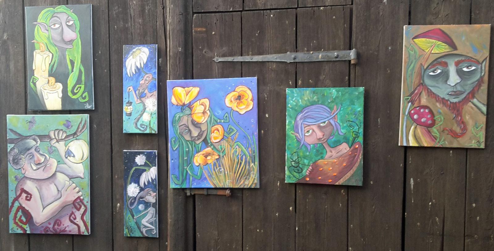 Arbeiten von Knödelillustrationen by Gnomenfrau: Fantasybilder mit Bildern von Elfen und vllt. Kobolden, zwischen Blumen und Bäumen. Die Figuren bewegen sich zwischen comighafter Darstellung und Zeichnung