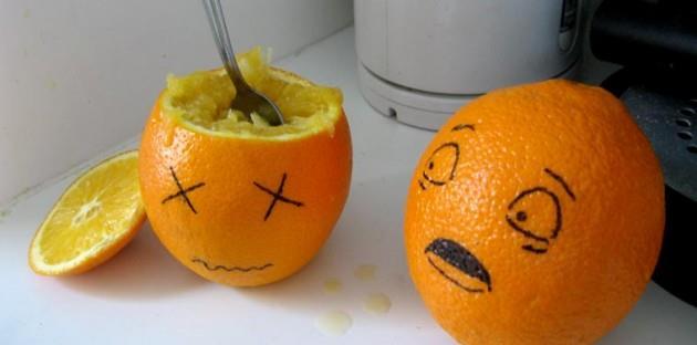 """Scherzbild: Zwei Orangen mit aufgemalten Gesichtern. Eine schaut entsetzt die neben sich an, die scheint nicht mehr """"am Leben"""" - der Deckel ist abgeschnitten und das Innere ausgelöffelt."""