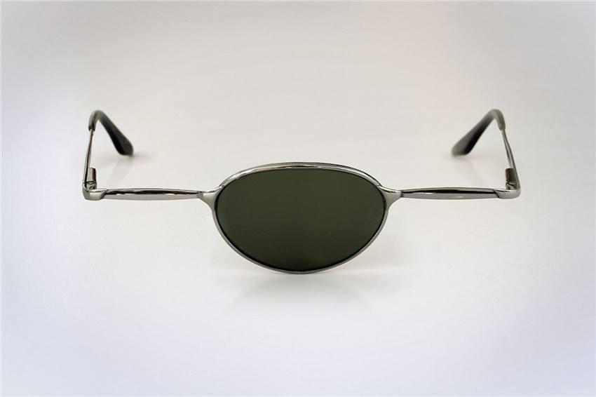 Scherzbild: Sonnenbrille im Piloten-Stil - aber mit nur einem Glas in der Mitte, statt zwei Gläsern links und rechts. Also ein Modell für Zyklopen...?