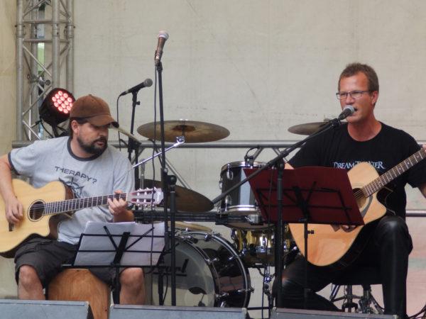 Speerträger und Royce auf der Bühne, beide spielen Gitarre und SPeerträger singt