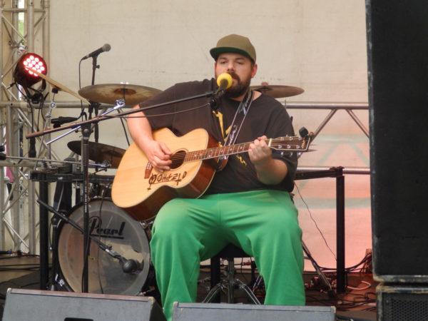 Yohazid mit Gitarre auf der Bühne