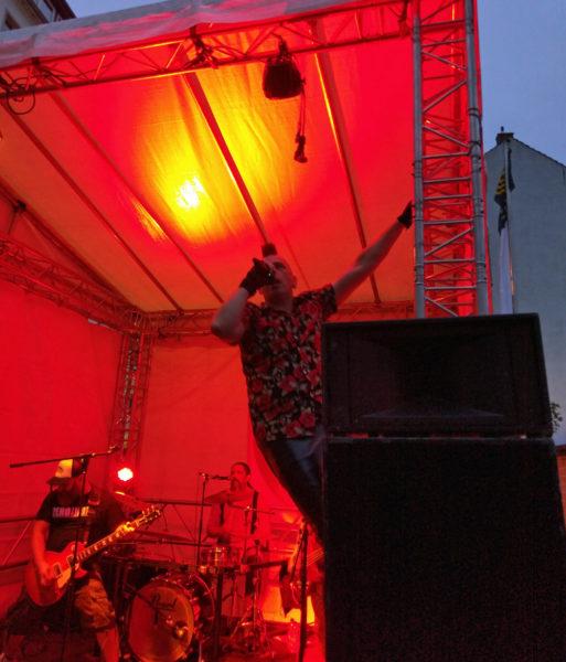 Der Sänger erklettert während des Singens eine Traverse der Bühne