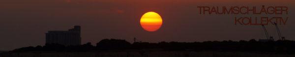 Sonnenuntergang. Eine tiefstehende Sonne stellt sich schon in geld und orange dar, beleuchtet von hinten/unten noch ein paar kleine Schönwetterwolken. Als Silhouette am Horizont sind bauten, mglw. Industriegelände zu erkennen.