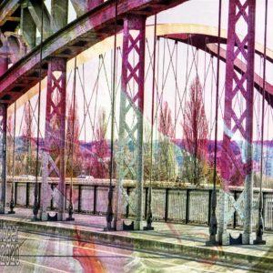 Eine Straßenbrücke aus Stahlfachwerk, oder zumindest die Konstruktion erkennen lassenden Stahlträgern, die von Nieten zusammengehalten werden. Über dem Bild der Brücke liegt eine Überlagerung durch Bildbearbeitung, die Überlagerung ist vornehmlich pink/violett und stellenweise grün und verfärbt das darunterliegende Bild der Brücke, was die Überlagerung darstellt ist (für mich) nicht zu erkennen.