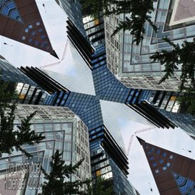 Nachbearbeitetes Bild: Blick von unten an mehreren Hochhäusern hinauf, dieses Bild wurde vierfach gespiegelt. Als Effekt ergibt sich eine Mischung aus Kaleidoskop und enger Häuserschlucht.