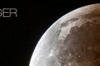 Fotografie vom Vollmond mit recht langer Brennweite, man erkennt gut Täler, Krater und sonstige Details der Mondoberfläche