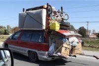Spaßfoto: Ein Van, schon an sich nicht klein, aber beladen weit über das Fahrzeug hinaus. Matratzen und Fahrräder auf dem Dach, aus dem Kofferraum ragen Längsträger, auf denen Kartons stehen... (die Kneipe, wo wir uns treffen, ist umgezogen, deswegen ;-) )