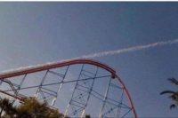 """Spaßfoto durch ungewöhnliche Perspektive: Im Bild ist der kuppelförmige """"Hügel"""" einer Achterbahn. Parallel zur ansteigenden Bahn und über den Scheitelpunkt hinaus eine Rauchspur bzw. ein Kondensstreifen, als wäre ein Achterbahn-Wagen durchgestartet"""